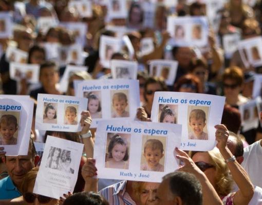 Cientos de personas se manifiestan por la desaparición de los niños.